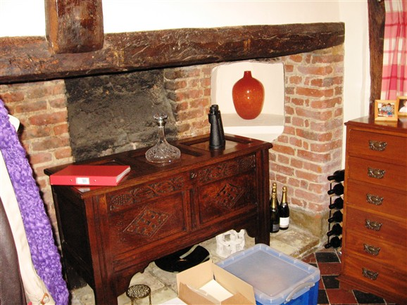 Photo:Main fireplace. The alcove where the vase stands must originally have been a bread oven.