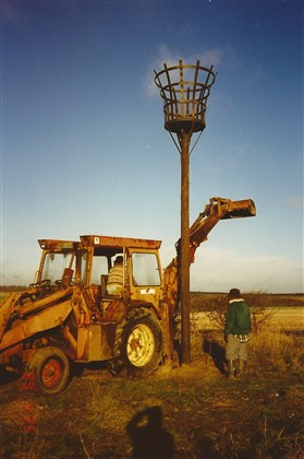 Photo:Erecting the Millenium Beacon on Toot Hill