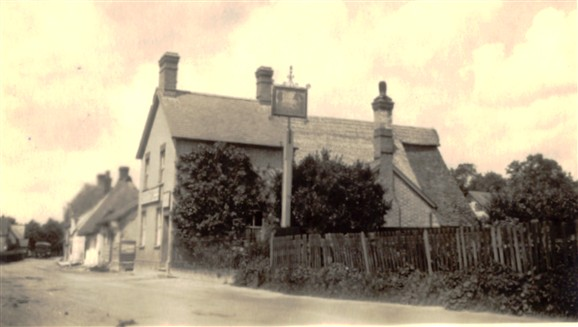 Photo:The White Hart, 1930. Note that part of the roof is thatched. The front door has gone..